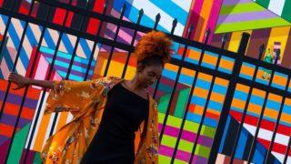 カラフルな壁と女性