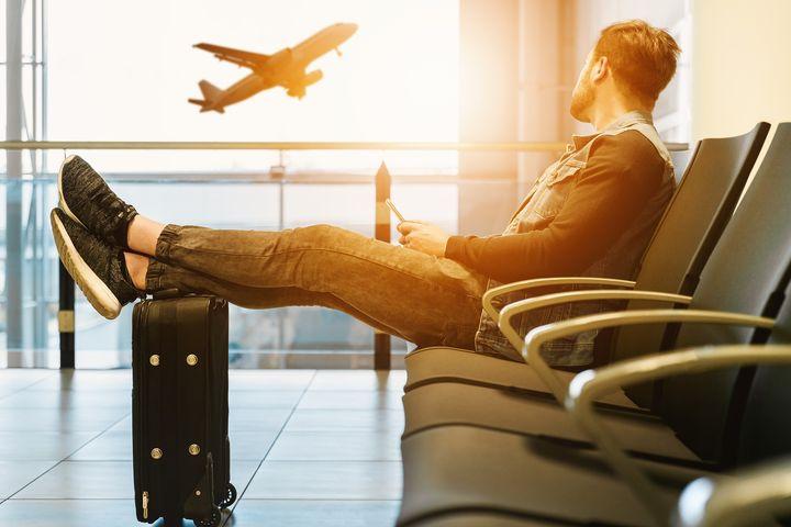 空港のイスに座る人