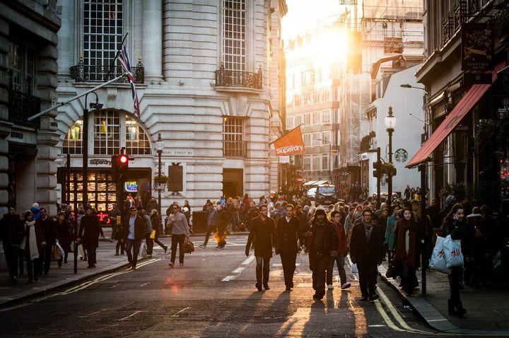 街を歩く人たち