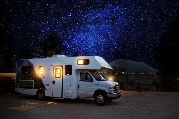 夜空の下のキャンピングカー
