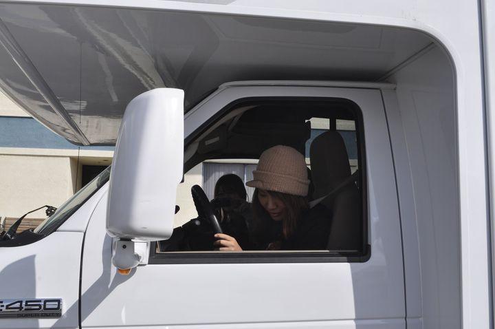 キャンピングカーを運転する女性