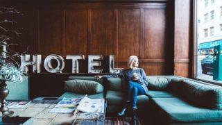 ホテルのソファーと人