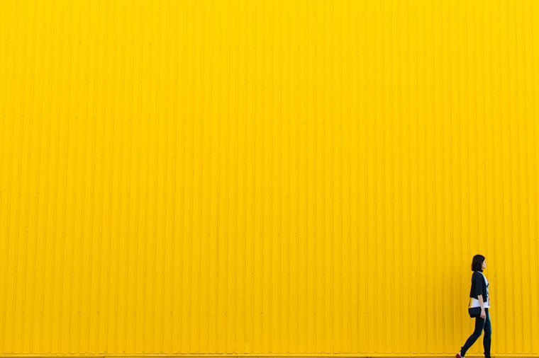 黄色の壁と女の子