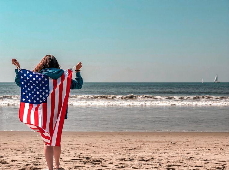 ビーチ沿いに立つ女性