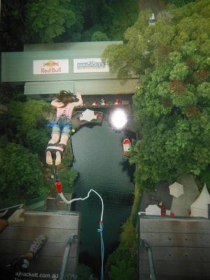 バンジージャンプをしている女性