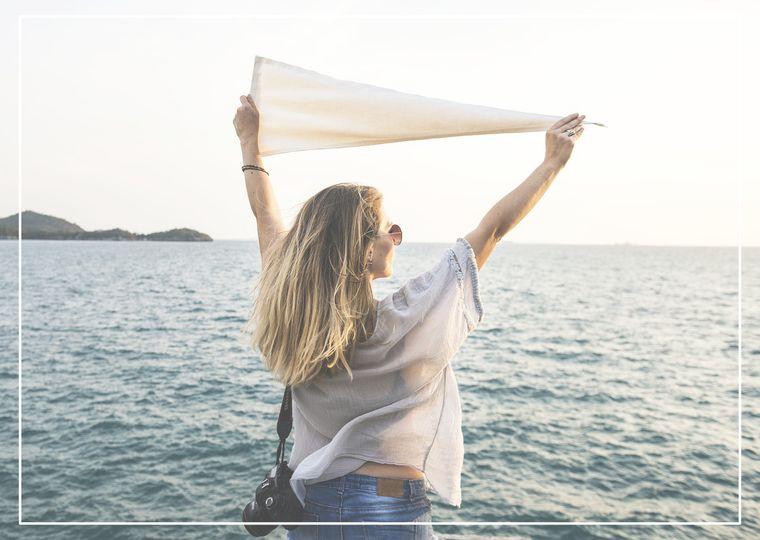 海の前に立つ女性