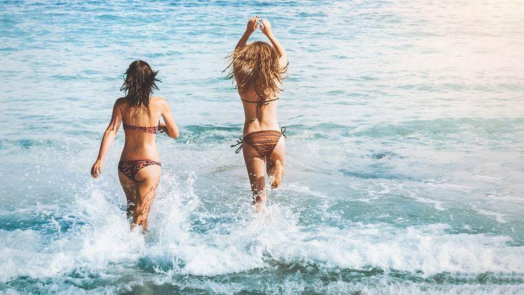 海で遊ぶ女性2人