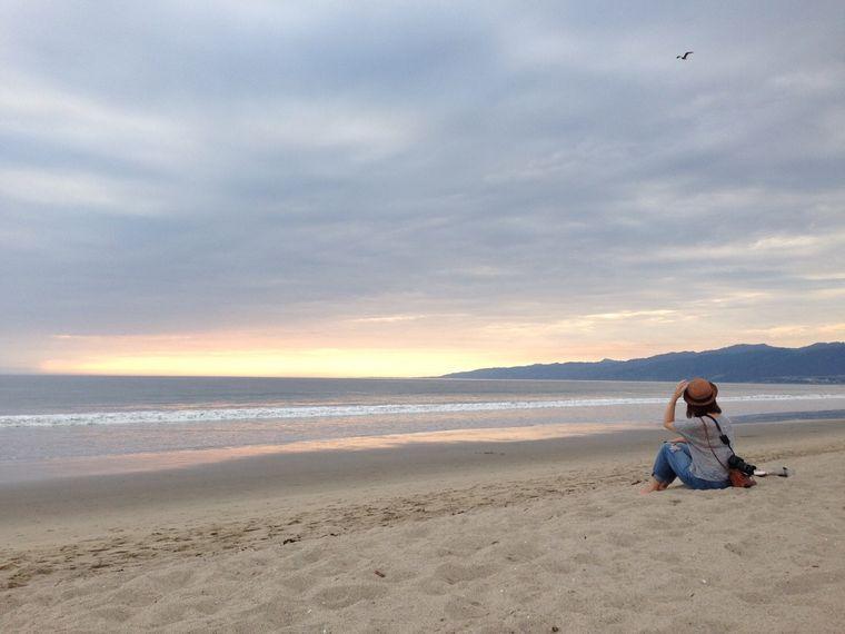 ベニスビーチに座る女性