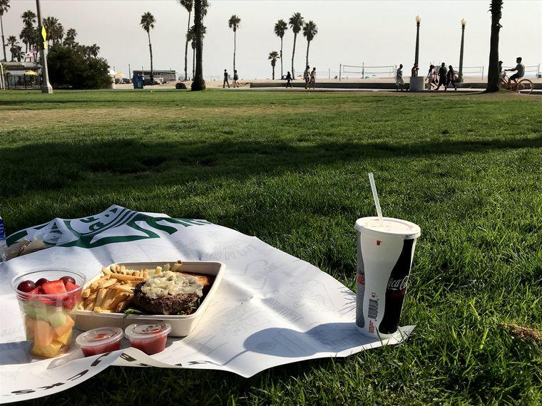 芝生に置かれたハンバーガー