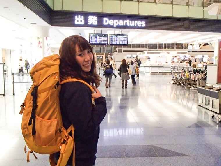 空港の出発ゲート前の女性