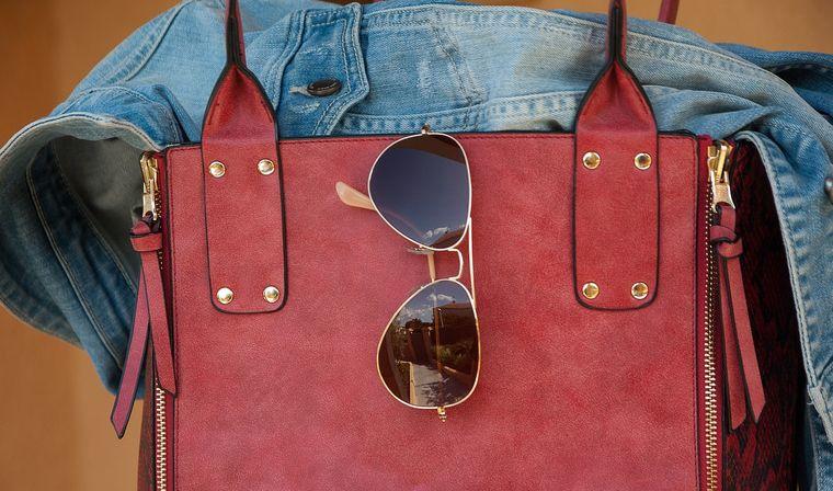 バッグとサングラス