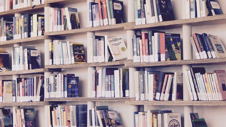 本棚に置かれた本