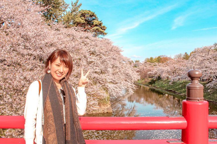 弘前の桜と橋と女性