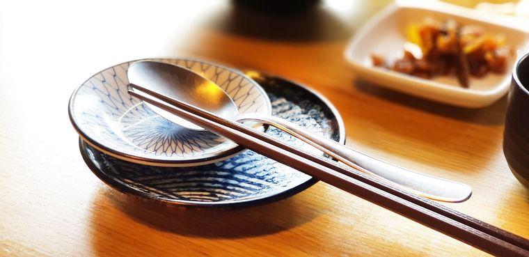 箸とお皿とスプーン