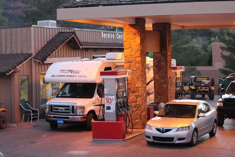 ガソリンを入れているキャンピングカー