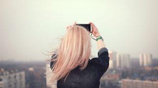 街の写真を撮る女性