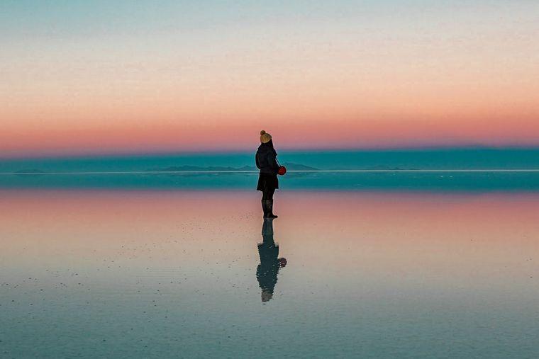 ウユニ塩湖の夜明け