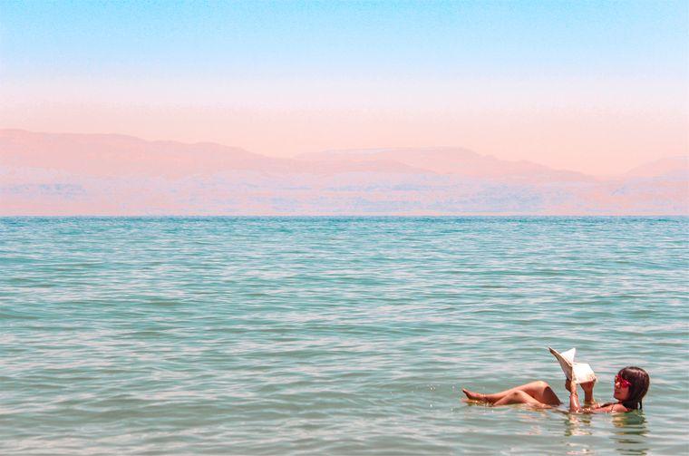 死海で浮く女性